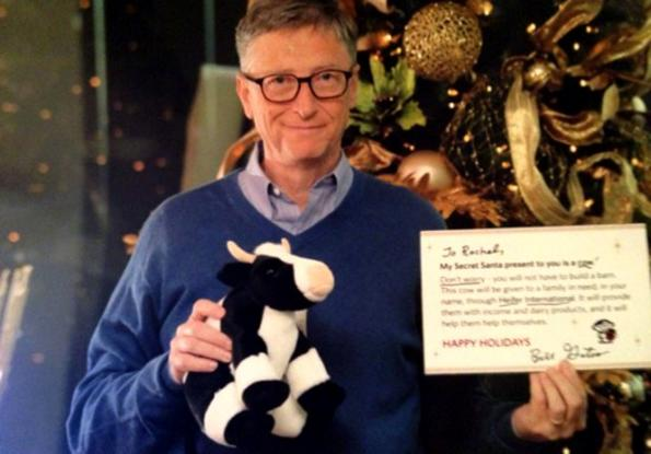 Bill Gates regala un peluche.